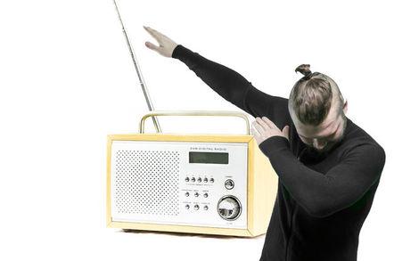 Cela signifie que ProduitsAvis la radio dans le classement de popularité en Pologne est encore très élevé-il perd seulement avec la télévision.